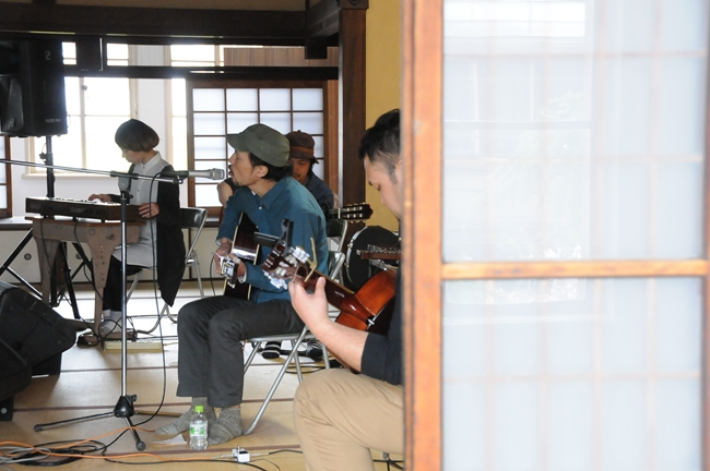 元・dry river stringsによる、立誠小学校の和室でのライブ