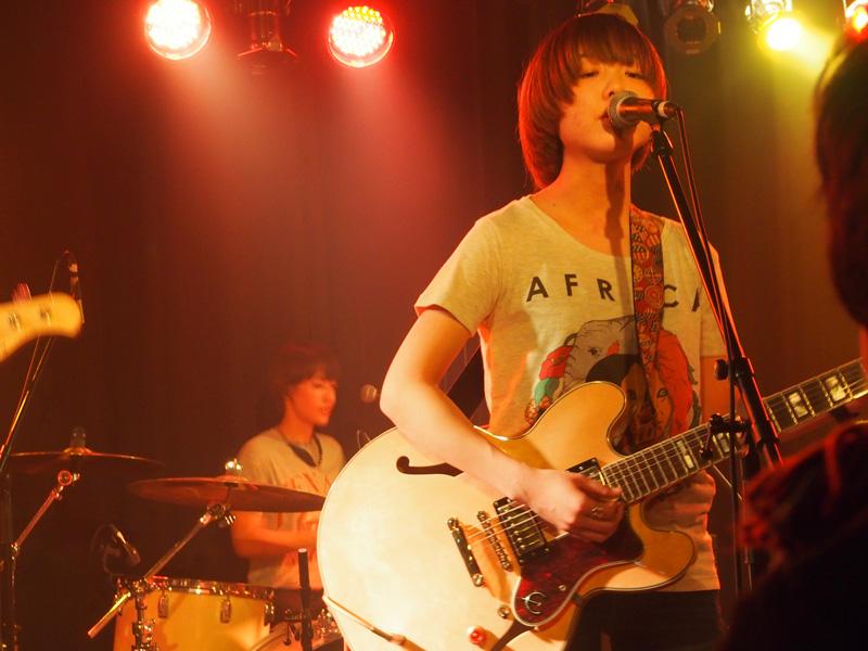 """京都のガールズ・バンド""""リツコ""""のヴォーカル&ギターのミサト"""