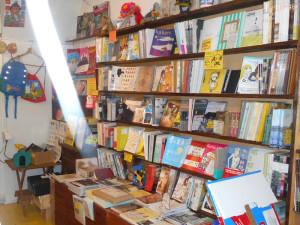 大阪中津シカク店内の書籍コーナー