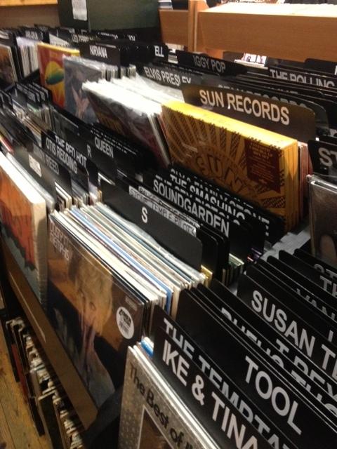 BEALE STREETのレコードショップ。ELVIS PRESLEY、SUN RECORDS、TOOLなどのLP