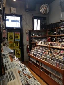 BEALE STREETのレコードショップ。ところ狭しと並んでいるCDやレコード