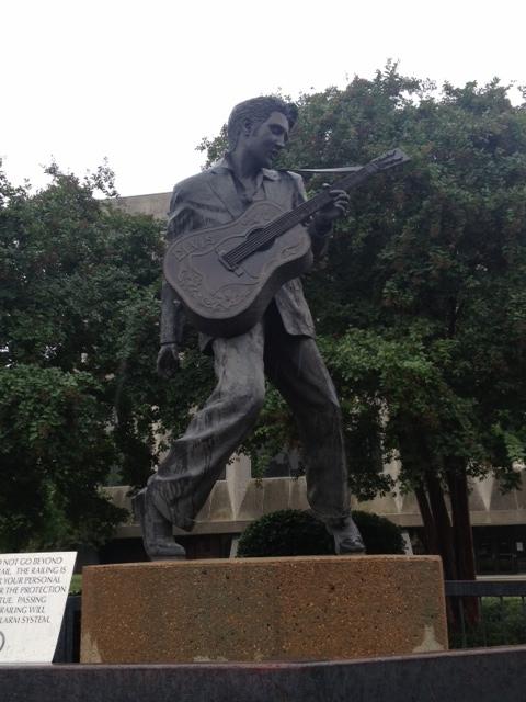ビールストリート前にあるエルヴィス・プレスリーの銅像