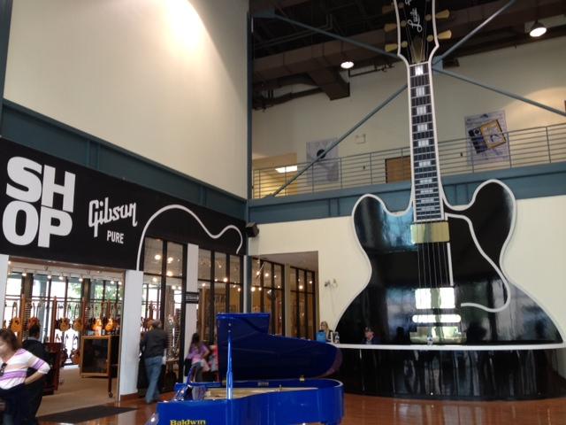 メンフィスのギブソン 巨大ギター