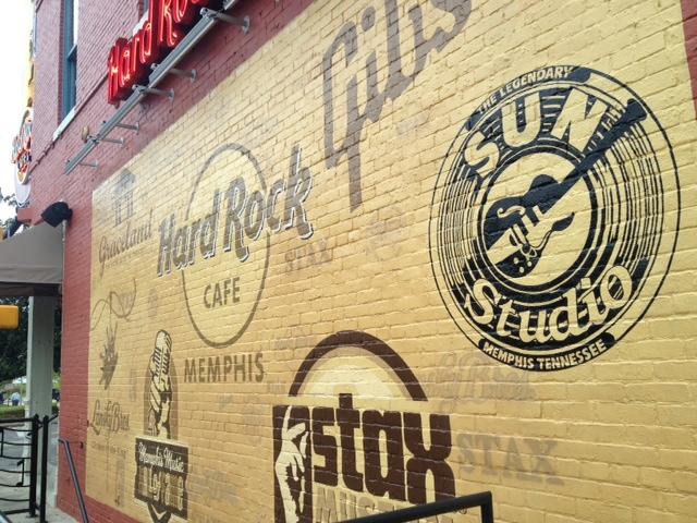 Hard Rock CAFEの壁にはメンフィスの観光名所がペイント