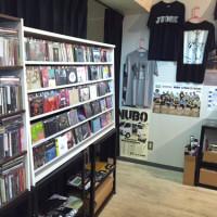 TOONICEのCD棚と販売しているバンドTシャツなど
