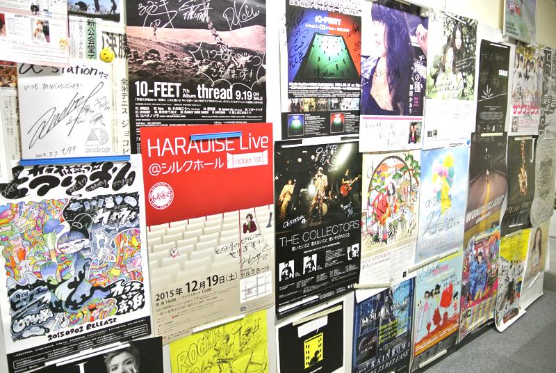 FM京都社内にはアーティストのポスターがたくさん貼られている