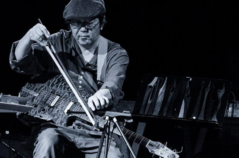 【インタビュー】国内唯一のダクソフォン奏者・内橋和久に聞く〈犬島サウンドプロジェクト Inuto Imago〉